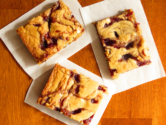 raspberry & dark chocolate chunk blondies | sunsets on the side