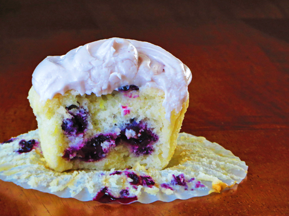blueberry cupcake with blueberry cream cheese icing | sunsets on the side